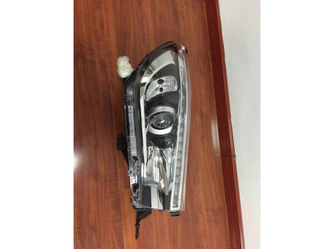 Toyota Revo head light for sale - Carros e motocicletas