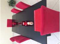 Table and 6 dining room chairs - Furniture/Appliance