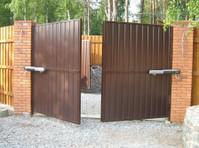 1800 Garage Doors (2) - Home & Garden Services