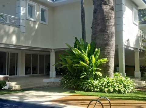 Contemporary 4 suites condo house with full leisure area - Case