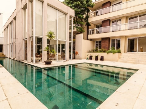 Gorgeous 5 suites condo house with pool garden and garage - Maisons