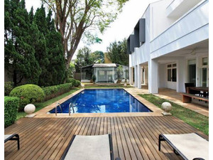 Townhouse featuting 6 bedroom 4 bathroom pool garden garage - Házak
