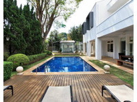 Townhouse featuting 6 bedroom 4 bathroom pool garden garage - Houses