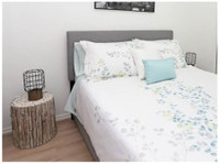 Bright and spacious 1 bedroom plus den apartment sleep for 2