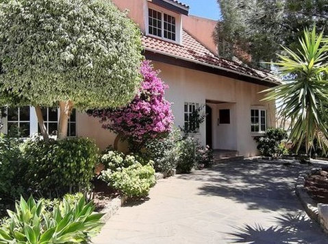Beautiful 6 Bedroom villa with mature gardens and pool - Houses