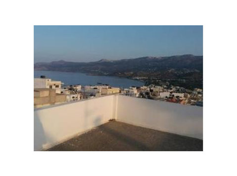 Second floor apartment enjoying views to the town and sea. - Apartamente