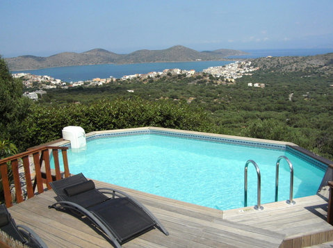 A secluded Villa of 210m2,with amazing views to the sea. - Houses