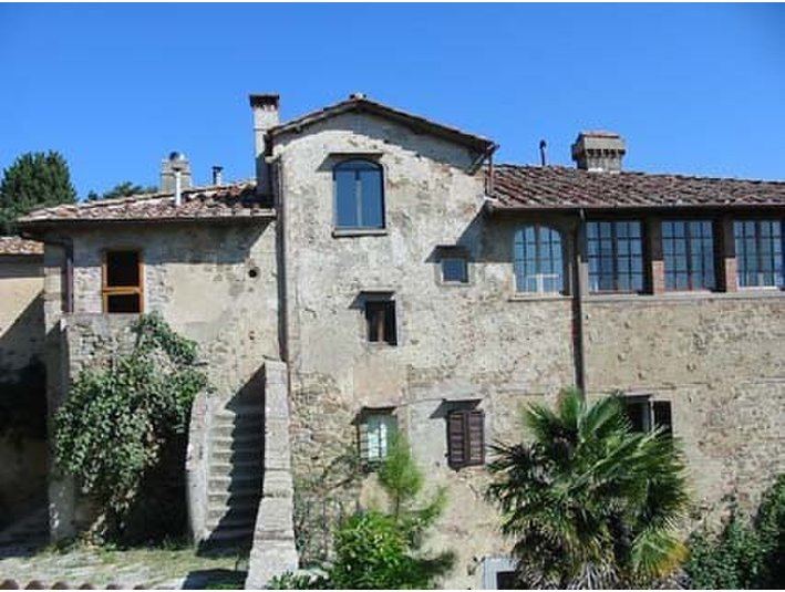 Portion of 16th C villa in Florence Hills Tuscany - Huizen
