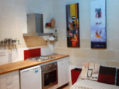 Msida: 1 double bedroom apartment, own house entrance - Apartments