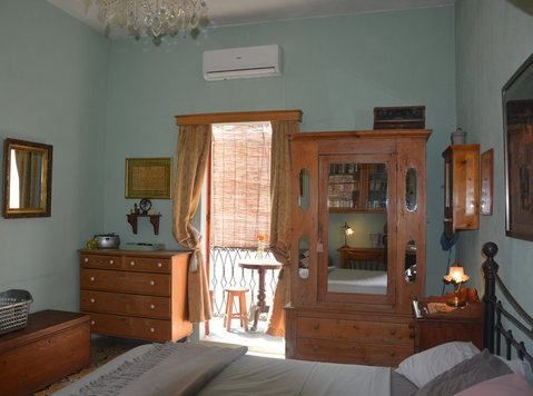 Room with balcony in a typical maltese house - اپارٹمنٹ