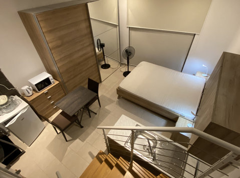 Central Bedroom, Private Bathroom, Kitchenette, Balcony. - Aluguel de Temporada
