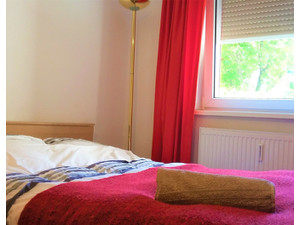 Sunny room in central flat with balcony and nice flatmates:) - Stanze