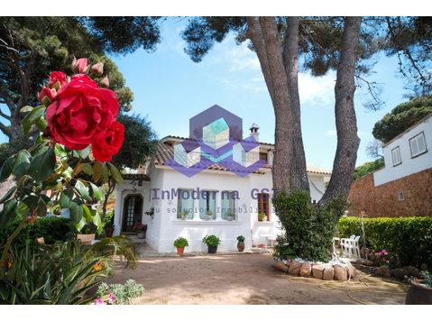 Carrer Pineda del Mar, Castell-Platja d'Aro : 1724081 - منازل