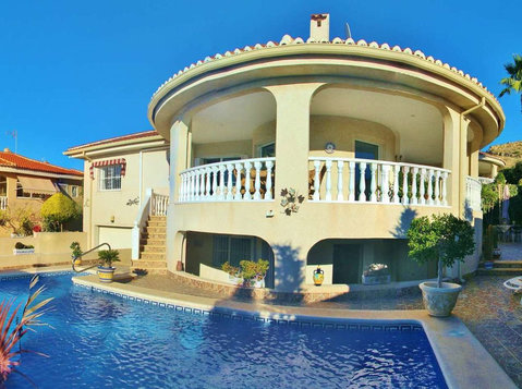 4 Bedroom Quesada Villa on a Corner Plot - Houses