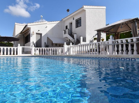 4 bed, 3 bath Detached Quesada Villa - Houses