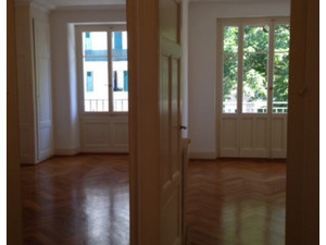 10 min walk from station and UN - Apartmani